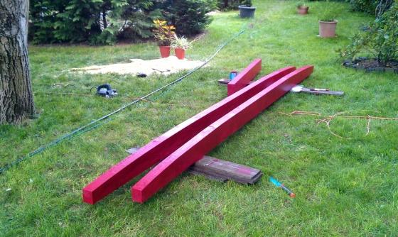Zunächst werden zwei Balken besorgt und mit Holzschutzfarbe behandelt