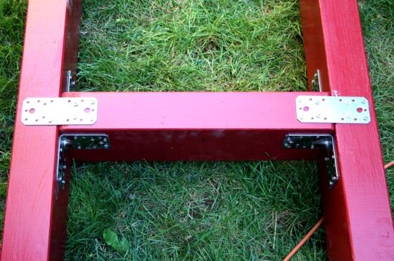 Verbinder und Schrauben sind aus Edelstahl.