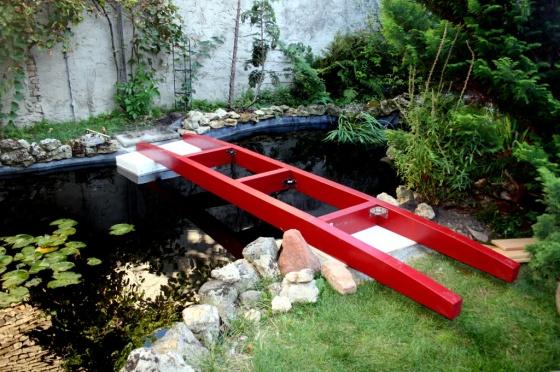 Die Brücke wird schwimmend über den Teich bugsiert.