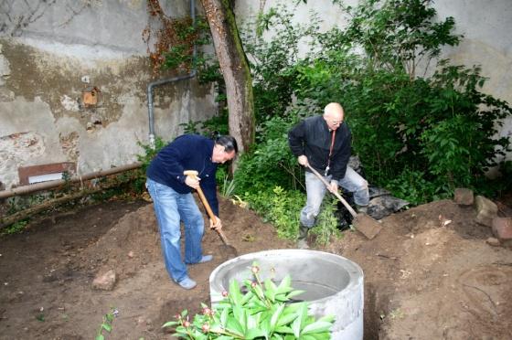 Die Betonringe sind eingelassen und werden mit Erde eingegraben