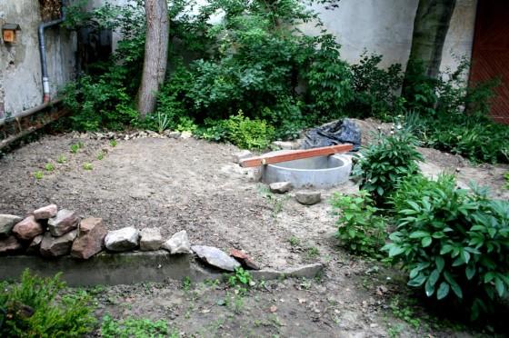 Um den Brunnen werden Nutzpflanzen gezogen. Kurze Wege zum Gießen.