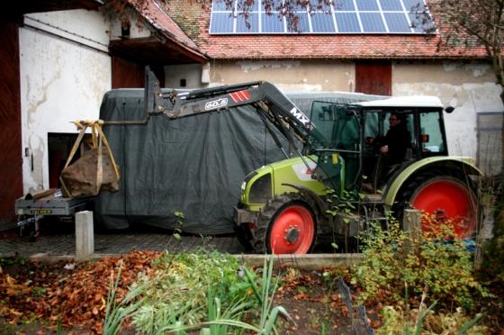 1.12.2013: CLAAS Traktor erfolgreich im Einsatz beim Umsetzen des Pumpensteins