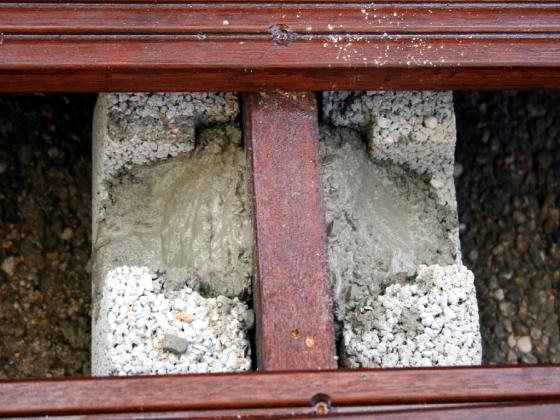 Die Fundamentsteine werden mit Beton verfugt, um Unebenheiten auszugleichen.