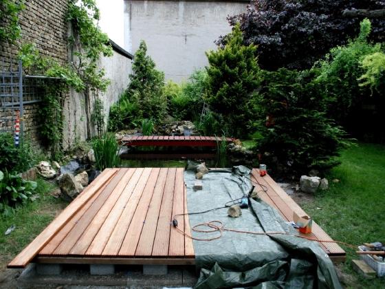 Auf die Unterkonstruktion werden Bangkirai-Terrassendielen angebracht, mit 5mm Abstand zwischen den Dielen.