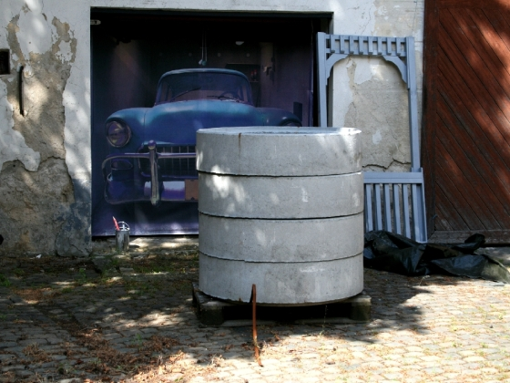 Die Betonringe bilden den Teil des Brunnens, der in der Erde liegt