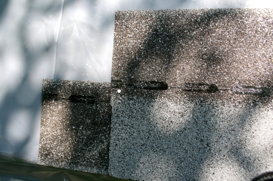 Für die unterste Reihe muß der obere Teil einer Schindelnreihe abgeschnitten werden. Darüber wird die zweite Reihe gelegt und mit Nägeln befestigt.