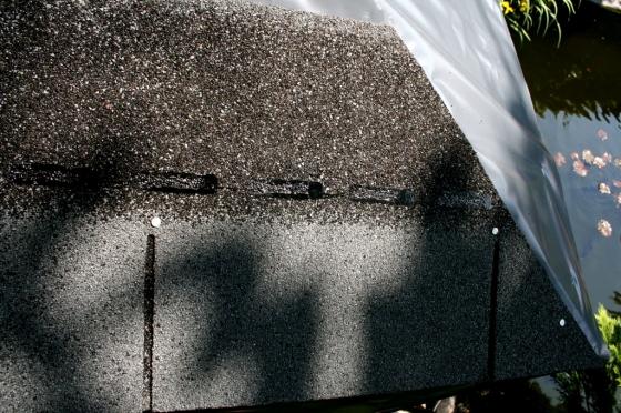 Die äußere Kante wird mit der Schere an den Dachwinkel angepaßt.