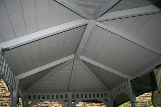 Das Dach wird mit Nut- und Federbrettern fertiggestellt.