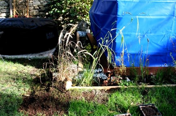 Der Wassergraben mit einer Einfassung aus alten Firstziegeln (Scheunenfund)