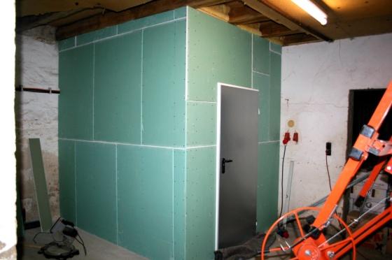 Tag 4: Die vordere Wand und die Tür werden fertiggestellt. Damit kann der Raum beheizt werden.