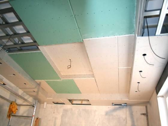 Über dem Bett bleibt Platz für den Beamerkasten. Rechts und links des Betts werden je 5 Lampen vorgesehen.