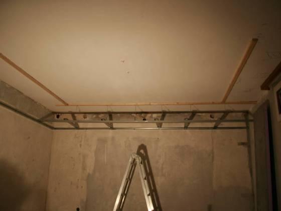 Die Decke wird ringsum abgehängt. In diesem Kanal sollen alle Leitungen (Strom, Lüftung, ....) verlegt werden.