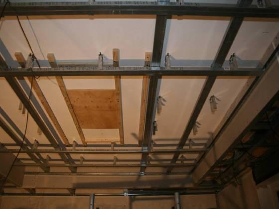 Eine stabile Holzplatte soll später die Basis bilden für die Anbringung einer Lampe.