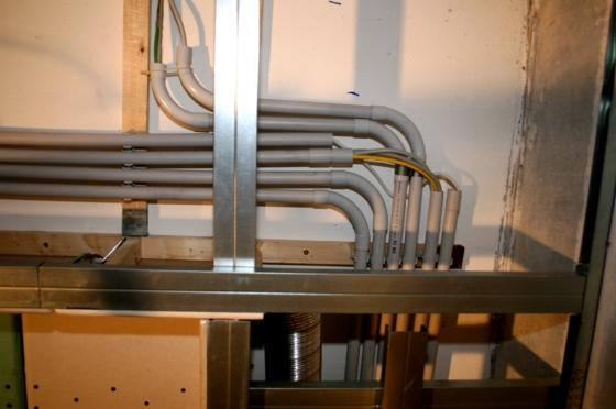 Die Verkabelung läuft in Leerrohren an der Decke. Verlegt wurden 230V, 12V, HDMI, Sat-Kabel, CAT 7 Netzwerkkabel, KNX-Buskabel und Lautsprecherkabel für die Surroundanlage.