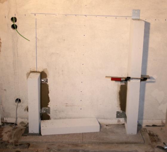 Die Seitenteile werden mit Ytong-Steinen gebaut. Diese werden verklebt und geschraubt, damit die Gußofenblende später  ausreichend Halt findet.